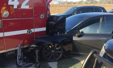 Crash entre une Tesla Model S en mode pilote automatique et un camion de pompiers